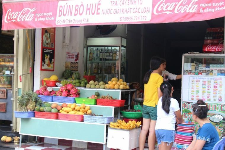 果物屋。現地の子供たちが買っていくのはシント―と呼ばれるスムージー