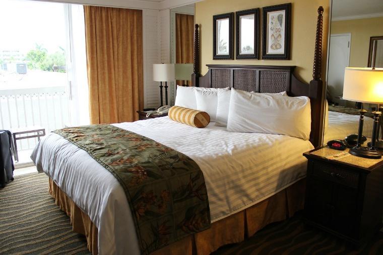 hotelroom-2205447_1280.jpg